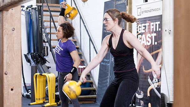 2 participants kettlebell lift